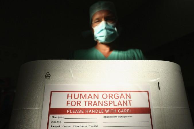 Một nhân viên của tổ chức chống buôn bán cấy ghép nội tạng Stiftung ở Đức đứng bên cạnh một hộp rỗng chuyên đựng nội tạng người, đây là một phần của sự kiện truyền thông tại phòng mổ ở Phòng khám Đa khoa Vivantes Neukoelln, vào ngày 28/9/2012, tại thủ đô Berlin, Đức. (Ảnh: Sean Gallup/Getty Images)