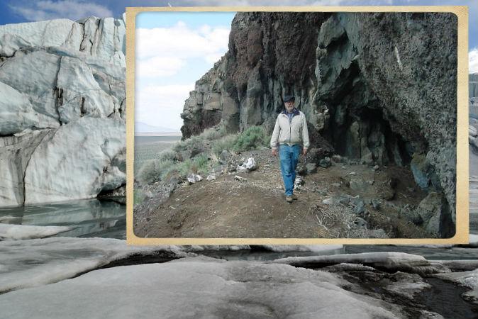 Bill Cannon, nhà khảo cổ học thuộc Cục Quản lý Đất đai, tại quần thể hang động Paisley ở Oregon. Bằng chứng về việc con người từng sinh sống ở đây chứng tỏ những cư dân cổ xưa đã sinh sôi phát triển thành nước Mỹ ngày nay từ cuối kỷ Băng Hà. (BLM/Wikimedia Commons) Ảnh nền: Bức ảnh về một hồ băng. (Ảnh: Shutterstock*)