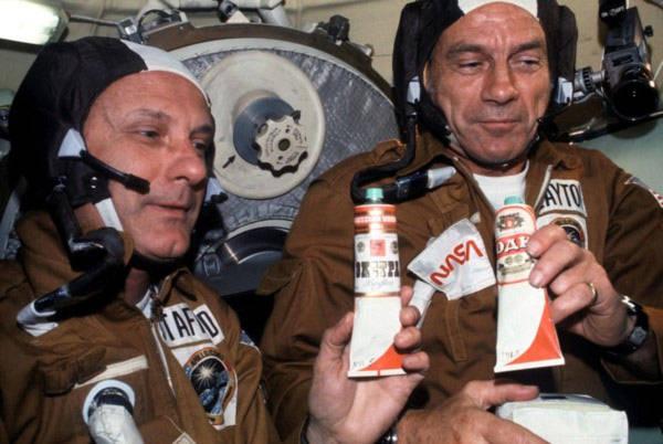 Ăn uống ngủ nghỉ trên vũ trụ khác ở Trái đất thế nào?