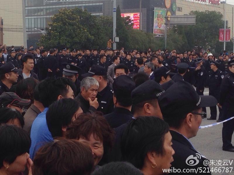 2 ngày liên tiếp, hàng ngàn người biểu tình tại trấn Nê Thành, quận Phố Đông, Thượng Hải, biểu tình kháng nghị việc chính quyền đương cục dời dự án xây nhà máy Pin đến thị trấn này. (hình ảnh trên mạng)