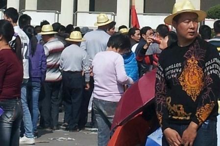 Ngày 20 tháng 11, tại thôn Mã Sách, huyện Phổ Ninh, tỉnh Quảng Đông, Trung Quốc, hàng ngàn người dân bao vây chính quyền huyện, yêu cầu lập tức thả 12 người dân trong thôn bị bắt vô lý khi kiên trì giành lại đất bị chính quyền trưng thu. (Ảnh: Internet)