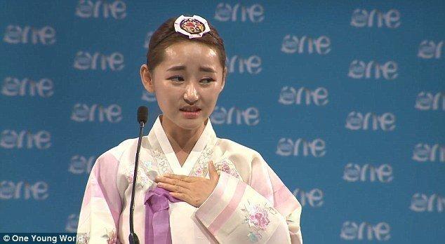 """Chú thích ảnh: Trong một bài phát biểu tại Hội nghị Tân Tú Thế Giới năm 2014 tại Dublin  (One Young World Summit 2014), cô đã kể về câu chuyện của mình dưới chế độ cai trị độc tài tàn bạo của Kim Jong-un, về cuộc sống của gia đình và bạn bè của cô như thế nào. Cô đã nói đây là """"nơi đen tối nhất trên toàn thế giới"""", intenet bị vô hiệu hóa, các bài hát, sách báo, các cuộc điện đàm quốc tế, quyền nêu lên những ý kiến cơ bản.v.v.  tất cả đều bị cấm."""