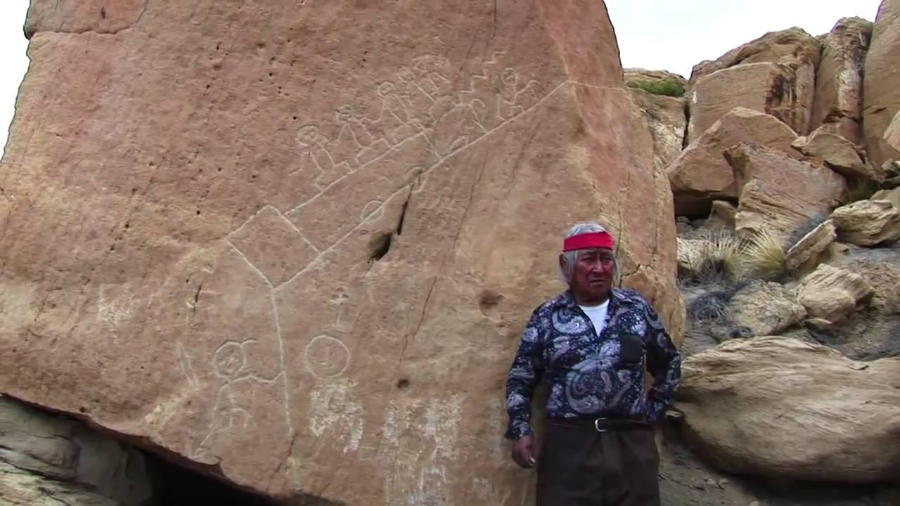 Ông Martin Gashweseoman, Fire Clan, làng Hotevilla, Arizona, bên cạnh Đá Tiên tri.