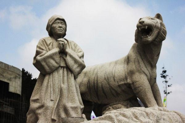 Hình ảnh bà lão Bbyong chắp tay cầu khấn thần biển mong thoát khỏi kiếp nạn hổ dữ. Ảnh khoahoc.com.vn