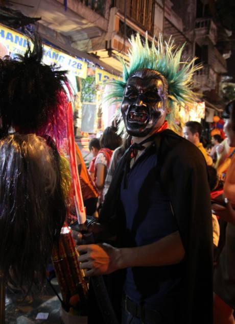 Trong đêm Halloween, các bạn trẻ xuống phố trong những lớp hóa trang kì dị