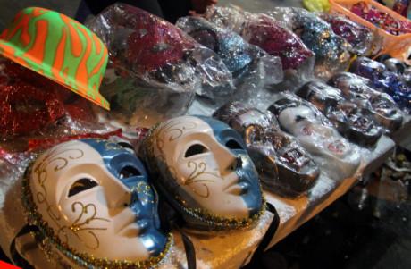 Những loại mặt nạ dính máu, hình thù kì quái được thay thế bằng mặt nạ dạ tiệc huyền bí