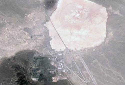 Khu vực 51, một Căn cứ tối mật thời Chiến tranh Lạnh, nhìn từ ảnh vệ tinh. Nhiều người cho rằng chính phủ Mỹ sử dụng địa điểm bí mật này cất giấu thi thể và đĩa bay của người ngoài hành tinh. (Ảnh: Google Maps)