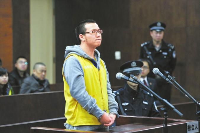 """Lôi Sở Niên đứng trước tòa với hai tay bị còng trong phiên xét xử các tội danh """"lừa đảo, giả mạo con dấu cơ quan nhà nước và giả mạo con dấu công ty"""" vào ngày 3/11/2014. Lôi Sở Niên từng được tuyên dương là """"Người hùng trẻ tuổi"""" vì đã cứu các bạn cùng lớp sau trận động đất Tứ Xuyên 2008. (Ảnh  West China Metropolis Daily)"""