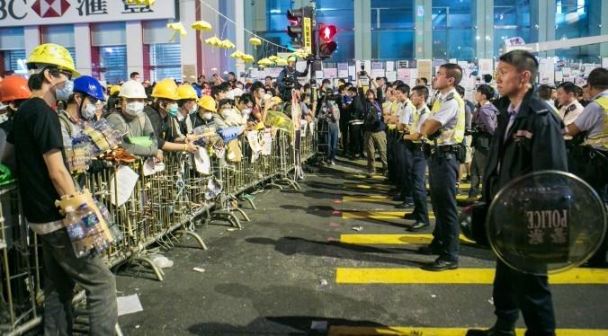 Cảnh sát và người biểu tình đối mặt tại Mong Kok, Hồng Kông, 1 tiếng trước khi cuộc xung đột lớn nổ ra giữa người biểu tình và cảnh sát vào ngày 5/11/2014. (Ảnh: Benjamin Chasteen/ Báo Đại Kỷ Nguyên)