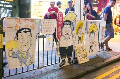 Hình ảnh ông Tập Cận Bình trên các hàng rào do người biểu tình dựng nên để tránh bị cảnh sát thu dọn, vì nếu có động vào thì nhiều phóng viên sẽ chụp và quay lại được. (Ảnh: Benjamin Chasteen/Epoch Times)