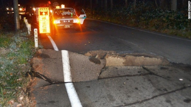 Con đường bị hư hỏng nặng tại Nhật Bản sau cơn địa chấn mạnh tại vùng trung tâm tối ngày 22/11. (Ảnh CNN)