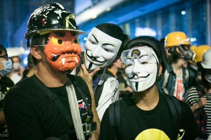 Người biểu tình đứng ở hàng đầu trong một cuộc đối mặt với cảnh sát tại Mong Kok, Hồng Kông, ngày 5/11/2014. (Ảnh Benjamin Chasteen/Báo Đại Kỷ Nguyên)