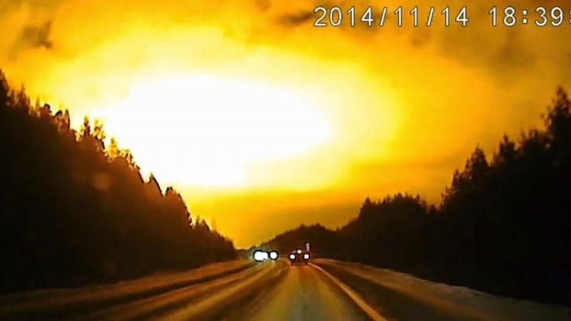 Ánh sáng kì lạ và sáng lóa xuất hiện trên bầu trời Nga và Ukraine ngày 14/11/2014.