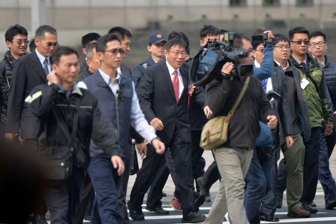 Thị trưởng Đài Bắc, tiến sĩ Kha Văn Triết (giữa, cà vạt đỏ) đang được vây quanh bởi các phóng viên trong ngày đầu nhậm chức (CNA News)