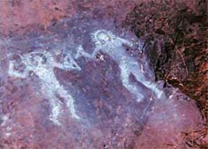Những bức bích họa 10000 năm tuổi trong hang động ở Valcamonica, Italy. Một số người cho rằng trang phục của người trong tranh là những bộ đồ không gian. (Nguồn: Wikimedia Commons)