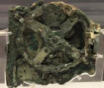 Cỗ máy Antikythera là một thiết bị cơ khí 2000 năm tuổi được sử dụng để tính toán vị trí của mặt trời, mặt trăng, các hành tinh, và thậm chí cả các ngày của Thế vận hội Olympic cổ đại. (Nguồn: Wikimedia Commons)