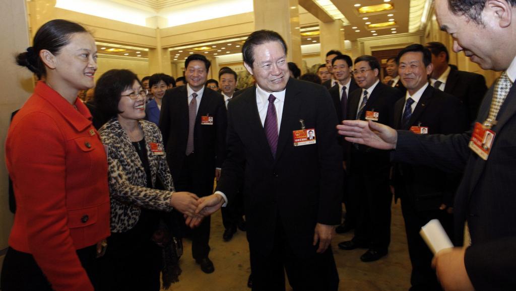 Ông Chu Vĩnh Khang (giữa) lúc còn đầy uy quyền. Ảnh chụp cùng các dân biểu nhân khóa hop Quốc hội Trung Quốc ngày 12/03/2011. Reuters