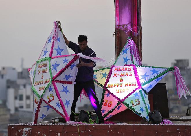 Một người đang trang trí trên nóc nhà thờ ở thành phố Ahmedabad, Ấn Độ.