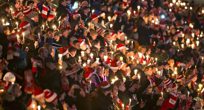 Hơn 27.000 người tham gia buổi hát mừng tại sân vận động Alte Foersterei, Berlin, Đức.