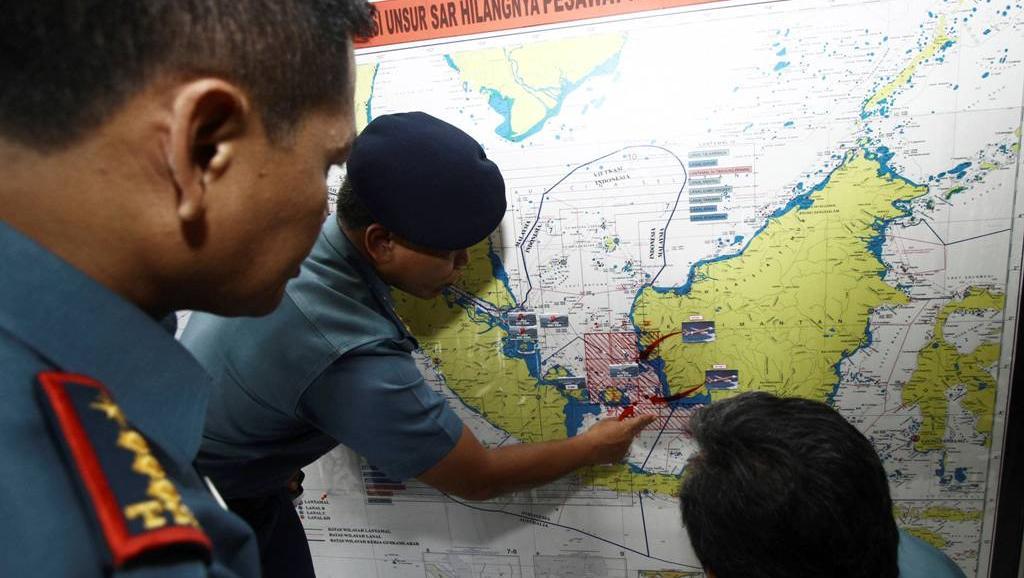 Hải quân Indonesia trên đảo Batam đang phân chia bản đồ thành nhiều khu vực để tìm kiếm máy bay QZ8501l của AirAsia - Reuters