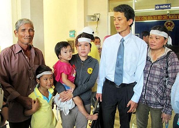 Luật sư Võ An Đôn (áo sơ-mi trắng) cùng chị (phải) và vợ (trái) của nạn nhân Ngô Thanh Kiều tại phiên xử tại tòa trước đây