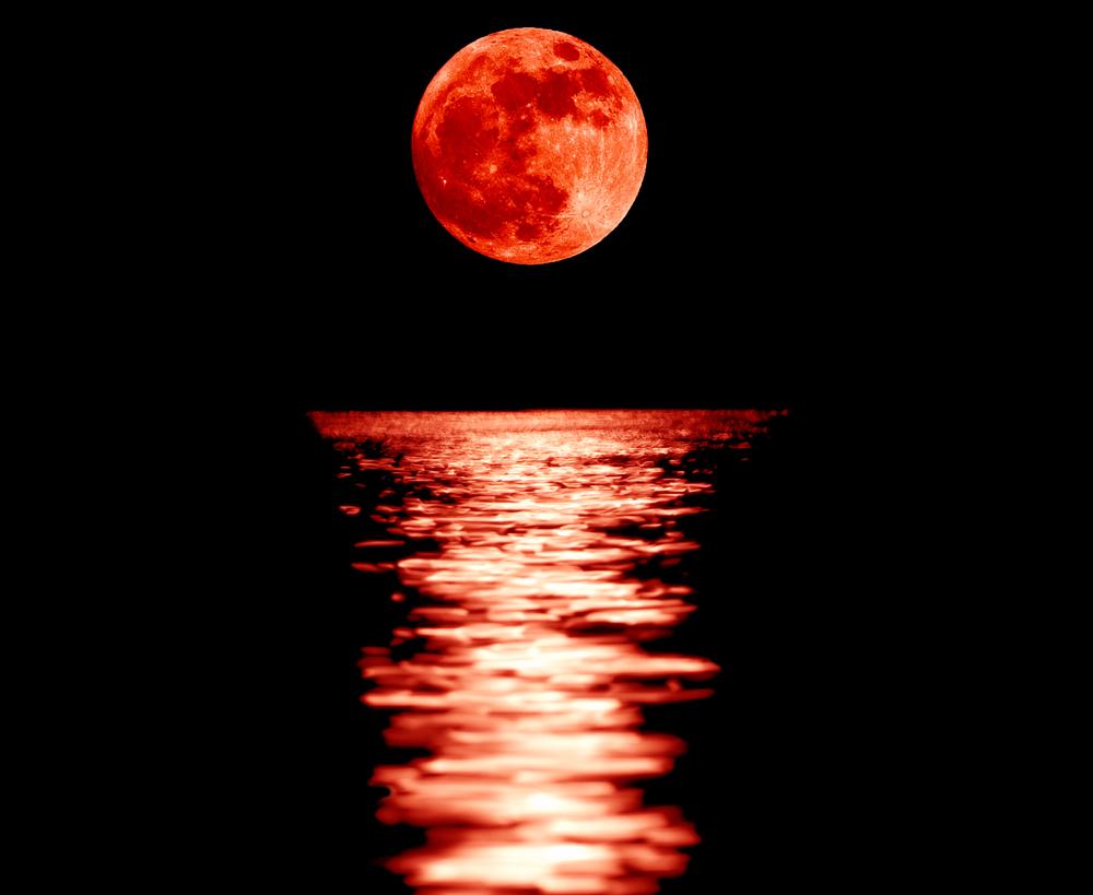 Ảnh tư liệu về Mặt trăng máu. Người dân New England tin rằng Ngày Phán Xét sắp xảy ra và điều này được củng cố bằng hiện tượng Ngày Bí Ẩn đen tối với Mặt Trăm rực đỏ. (Ảnh: Shutterstock)