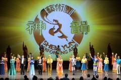Khán giả nồng nhiệt vỗ tay mời đoàn diễn Nghệ thuật Thần Vận diễn tiếp tại Trung tâm Nghệ thuật Quốc gia Ottawa vào ngày 03 tháng 01, năm 2014. Shen Yun sẽ khởi đầu tour lưu diễn toàn cầu ở Canada vào ngày 27 Tháng 12, và sẽ có những đêm diễn trong tám thành phố lớn trên cả nước. (Evan Ning / Epoch Times)