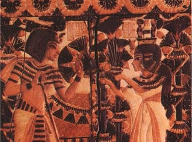 Vua Tutankhamun nhận hoa từ Ankhesenamun. Hình ảnh trên nắp của 1 chiếc hộp trong lăng mộ của Tutankhamun.