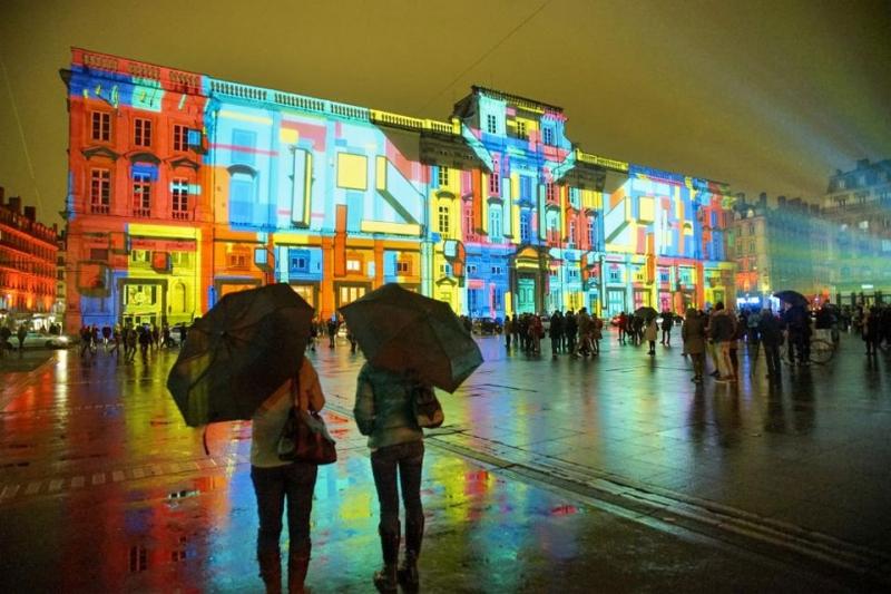 Hiệu ứng ánh sáng tại quảng trường Terre của 2 nghệ sỹ Gilbert Coudene và Etienne Guiol.
