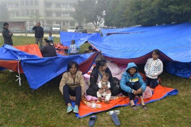 Người dân tị nạn trong trận động đất ngày 7/10/2014 tại Vân Nam.