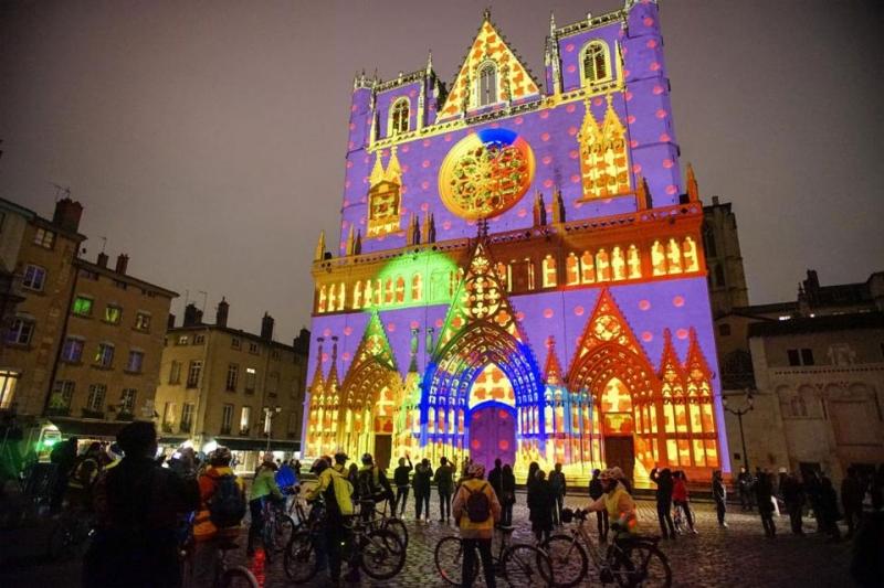 """Những ngôi nhà được trang trí bằng các loại đèn khác nhau bằng các hiệu ứng ánh sáng đặc biệt. Trong ảnh là tác phẩm nghệ thuật mang tên """"Color or Not"""" được tạo bởi nghệ sĩ Yves Moreaux tại nhà thờ Saint-Jean, Pháp."""
