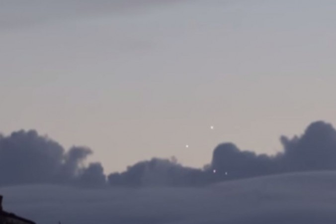 """Một nhân chứng tại Pháp tuyên bố rằng đã phát hiện ít nhất bốn """"UFO"""" (vật thể bay không xác định) trên bầu trời Paris, Pháp vài ngày trước. (YouTube/screenshot/User: WTFflow)"""