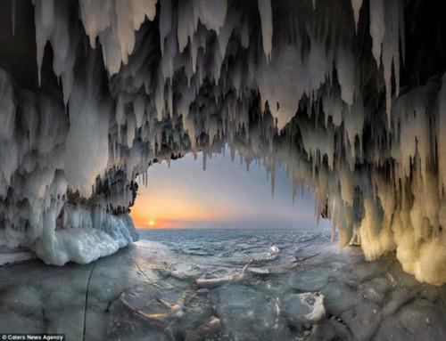 Ngỡ ngàng vẻ đẹp kỳ vĩ của hang băng lúc bình minh - 1