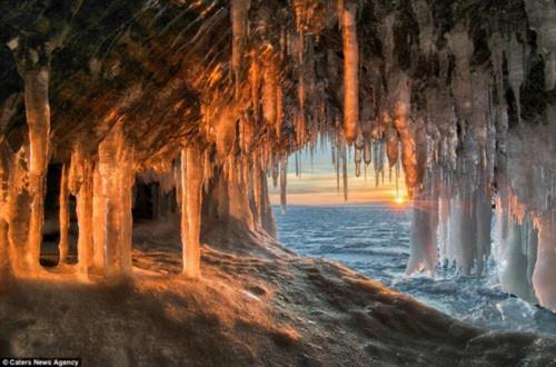 Ngỡ ngàng vẻ đẹp kỳ vĩ của hang băng lúc bình minh - 2
