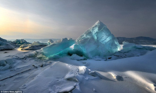 Ngỡ ngàng vẻ đẹp kỳ vĩ của hang băng lúc bình minh - 4