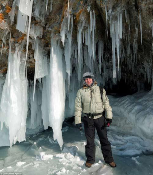 Ngỡ ngàng vẻ đẹp kỳ vĩ của hang băng lúc bình minh - 5