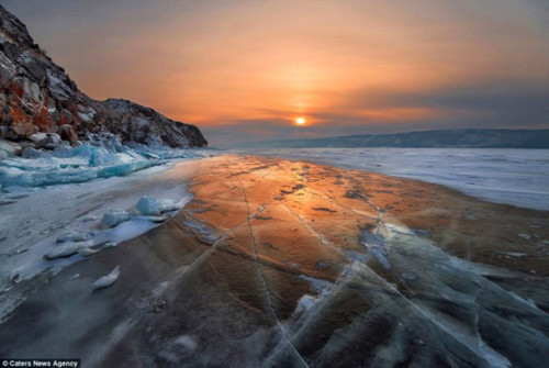 Ngỡ ngàng vẻ đẹp kỳ vĩ của hang băng lúc bình minh - 7