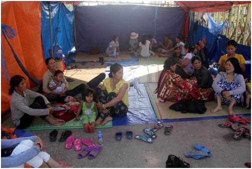 Khoảng 40 người dân ở Kon Tum trong đó có 9 thương lái đã dựng lều trước cổng nhà máy suốt 6 ngày để đòi nợ. Ảnh: Tiến Hùng (vnexpress)