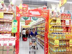 Hàng hóa Tết hiện được bày bán rất nhiều tại các siêu thị. Trong ảnh: Một gian hàng Tết tại siêu thị Big C Cần Thơ.