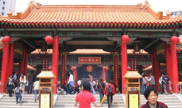 Thắp hương, xem bói, phong thủy. Xem bói và phong thủy rất phổ biến trong giới quan chức Đảng Cộng sản Trung Quốc (ĐCSTQ) (Ảnh: Wiki)