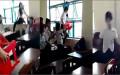 Nữ sinh  lớp 7/5, trường THCS Lý Tự Trọng (TP Trà Vinh, tỉnh Trà Vinh) bị 7 bạn đánh hội đồng - Ảnh cắt từ clip