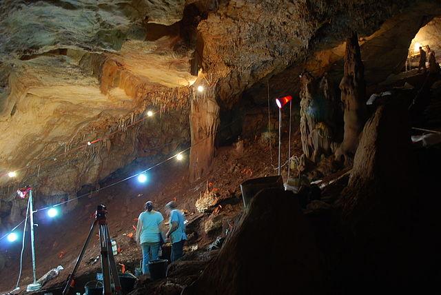 """Ảnh chụp """"MANOT CAVE EXCAVATION"""" của đoàn thám hiểm Hang Manot, đăng ký số CC BY-SA 3.0 trên Wikimedia Commons"""