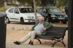 Một người lớn tuổi ngủ gục ở băng ghế trong công viên. (Henry Hemming/Flickr)