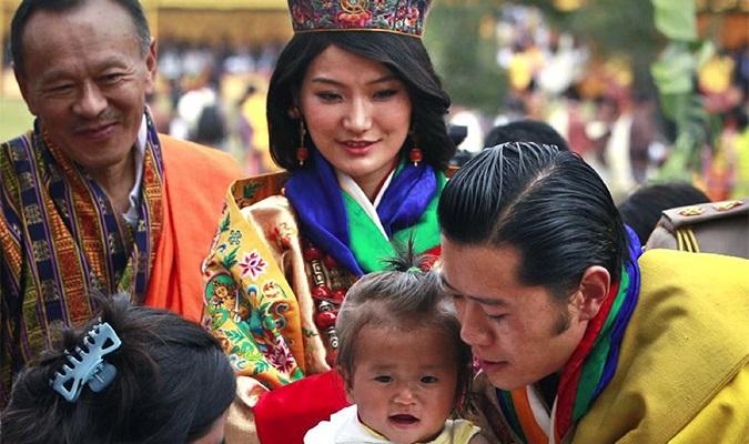 Vua Bhutan thứ 5 cùng hoàng hậu gặp gỡ mọi tầng lớp nhân dân