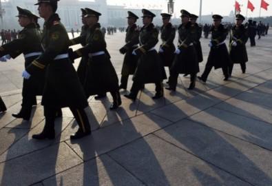 Cảnh sát bán quân sự tuần tra ở Quảng trường Thiên An Môn, Bắc Kinh hôm 13/3/2015. Quy định pháp luật của Trung Quốc quá yếu kém đến nỗi một số chính quyền ở địa phương và thậm chí cả các tổ chức của Đảng đang ngập tràn các băng nhóm tội phạm. (Ảnh: Greg Backer/AFP/Getty Images).