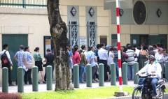Cảnh xếp hàng trước Đại sứ quán Hoa Kỳ tại Tp.HCM (Ảnh: thesaigontimes.vn)
