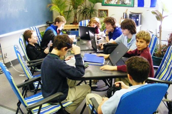 Việc sử dụng máy tính bảng và điện thoại thông minh trong lớp học là chủ đề còn mới nên tính hữu ích của chúng vẫn đang là đề tài tranh luận. (Ảnh của Jose Kevo, CC BY-SA 2.0)