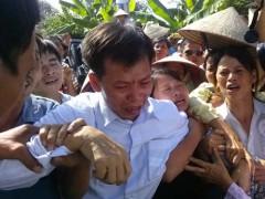 Ông Nguyễn Thanh Chấn ở Bắc Giang, người bị tù oan đến 10 năm trong ngày đoàn tụ với gia đình. (Ảnh: NLĐ)