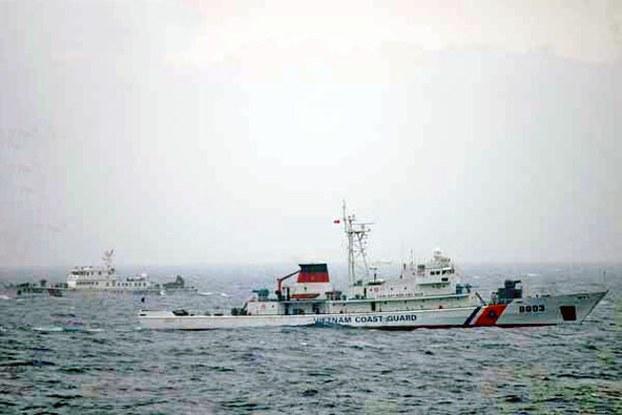Tàu Cảnh sát biển VN 8003 và tàu cảnh sát biển Trung Quốc 45102  nguyentandung.org