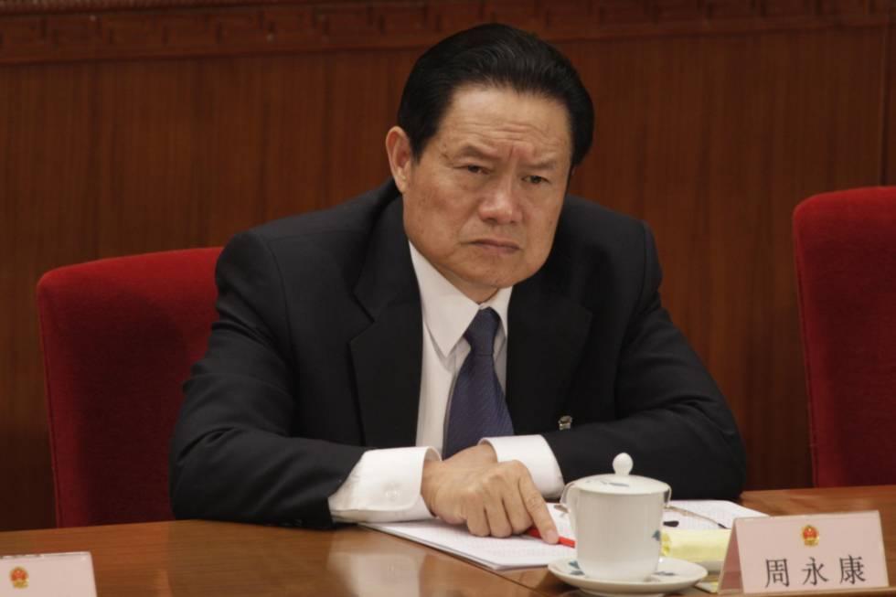Hình ảnh trùm an ninh nội địa Chu Vĩnh Khang tại Đại hội nhân dân toàn quốc vào ngày 05 Tháng Ba 2012. Thông báo ngày 02 tháng 7 năm 2014 về việc ba trong số các thư ký cũ của Chu bị thanh trừng là một dấu hiệu cho thấy chính Chu đang là mục tiêu. Ảnh internet